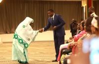 Faure Gnassingbé saluant Awa Nana présidente HCCRUN