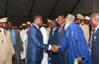 Faure Gnassingbé saluant les personnalités décorées à l'occasion du 57ème anniversaire d'indépendance