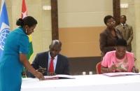 Signature entre le V-P de La BM Afrique et Mme Katanga Mazalo, Directrice générale de l'Agence nationale d'appui au Developpement à la Base (ANADEB)