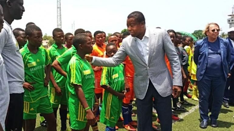 le-chef-de-l-etat-aux-cotes-de-la-prochaine-generation-de-footballeurs-togolais