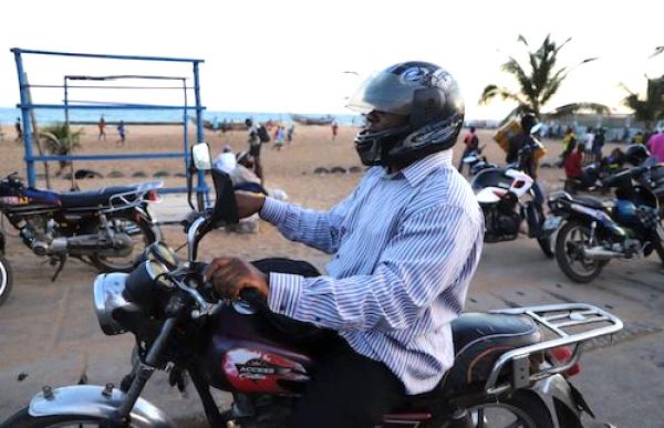 la-dosi-lance-une-tournee-de-formation-pour-les-conducteurs-de-taxi-motos-du-programme-zokeke