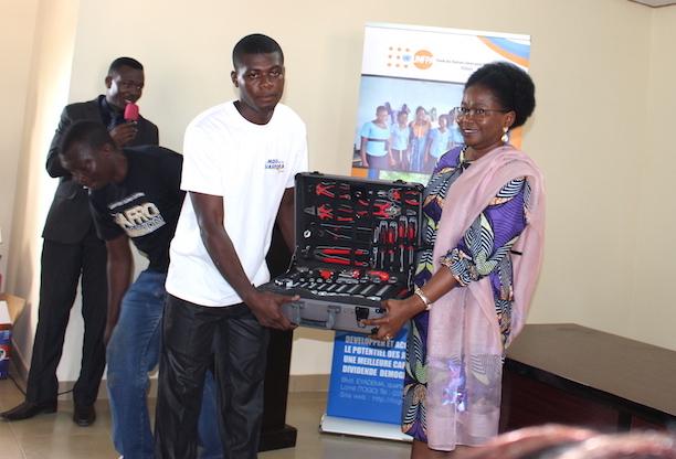 le-ministre-en-charge-de-la-jeunesse-recompense-12-associations-et-des-jeunes-artisans-diplomes-a-lome