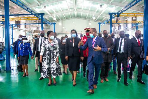 au-gabon-la-premier-ministre-en-visite-a-la-zone-economique-de-nkok
